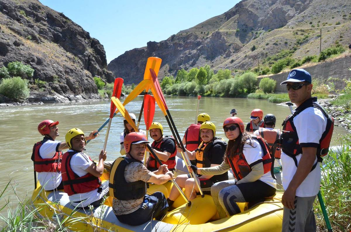 Üniversitemiz Doğa Sporları Kulübünden Rafting Etkinliği