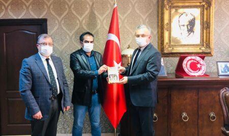 Doç. Dr. Deniz Akpınar ve Dr. Öğr. Üyesi Ertuğrul Erhan Rektör Prof. Dr. Akın Levent'e Kitap Hediye Etti
